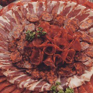 Slavonski specijaliteti: šunka, kulen, kobasica ...